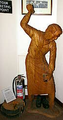 Highland Park wood sculpture of a cooper hochgeladen von anonym, 01.04.2015