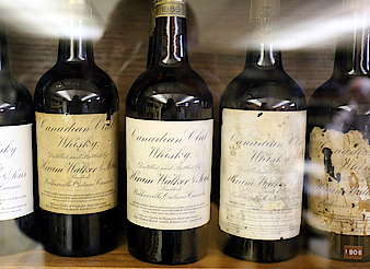 Canadian Club very old bottles of the distillery hochgeladen von anonym, 07.07.2015