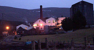Balmenach distillery at night hochgeladen von anonym, 10.02.2015