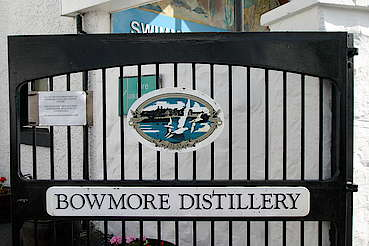 Gate of the Bowmore Distillery hochgeladen von anonym, 16.02.2015